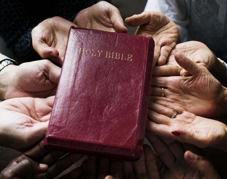 Groep christendom mensen bidden samen hoop Stockfoto