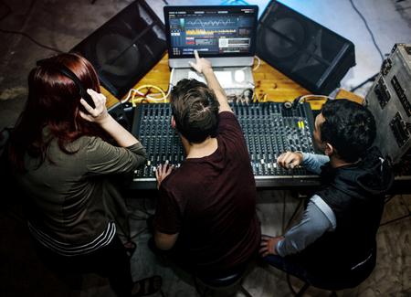 사운드 믹서 스테이션의 사람들 스톡 콘텐츠