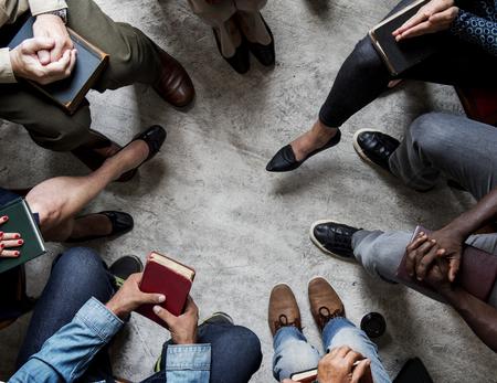 groupe de gens de christianisme assis lecture de la bible ensemble
