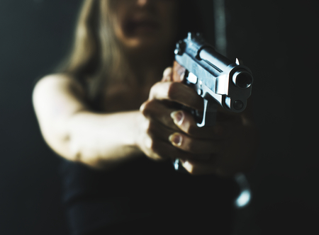 Woman with a gun concept Banque d'images - 114473035