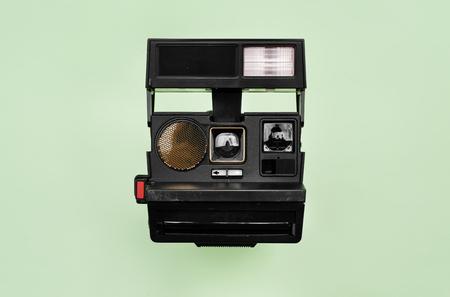 背景に隔離されたヴィンテージレトロなカメラ