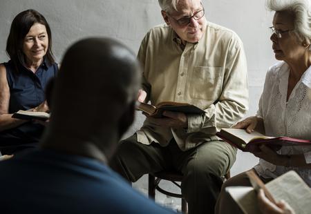 一緒に聖書を読みキリスト教の人々 をグループします。 写真素材