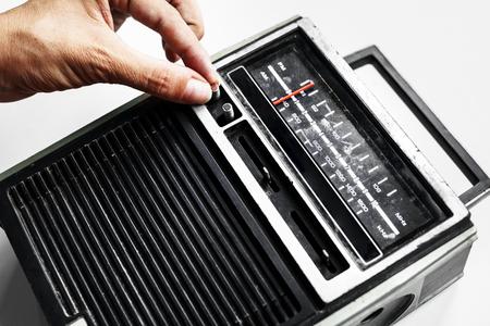 손을 고전적인 복고풍 라디오 트랜지스터 튜닝의 근접 촬영 스톡 콘텐츠
