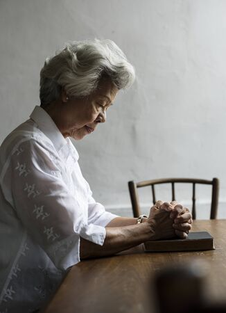 Senior vrouw gebed geloof in christendom religie