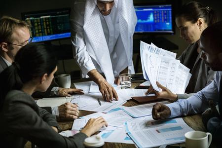 Groupe d'entrepreneurs analysant pour investir dans une salle de réunion