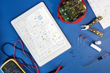 画面上に回路図を持つデジタルタブレット