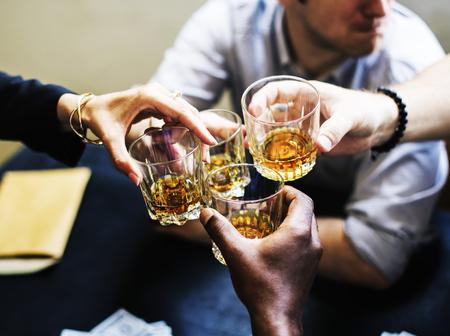 アルコール飲むグラスをしがみつく手 写真素材
