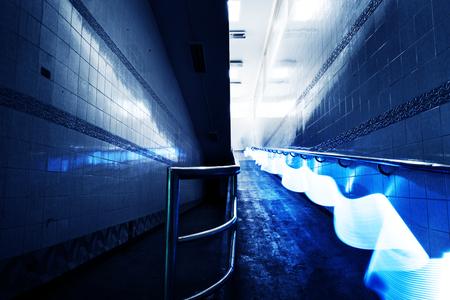 青い光の長時間露光線運動夜の時間