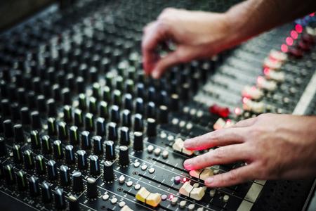 사운드 믹서 스테이션에 손