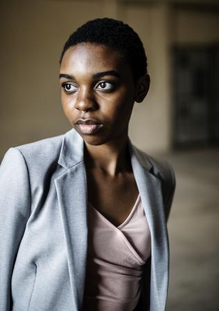 Femme avec une expression réfléchie du visage Banque d'images