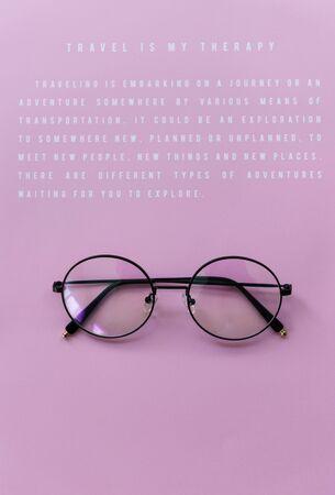 メッセージとピンクの紙で眼鏡 写真素材 - 85968769