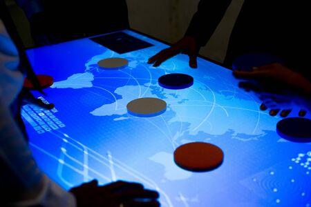 サイバー空間のテーブルで一緒にブレーンストーミングする人々 写真素材