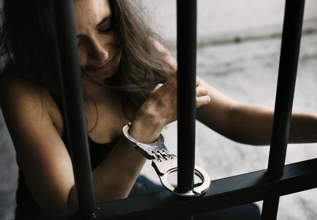 Vrouw met handboeien in een gevangenis