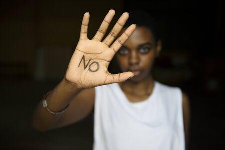 Mujer que muestra la palabra en su palma Foto de archivo - 87149019