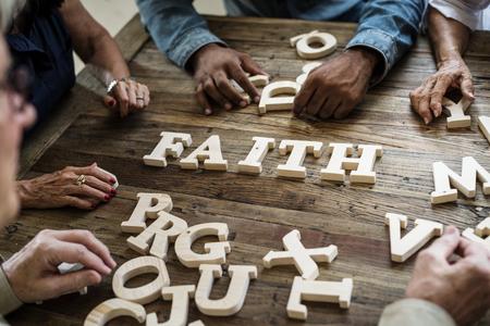 Een houten woord van het alfabetgeloof op de lijst