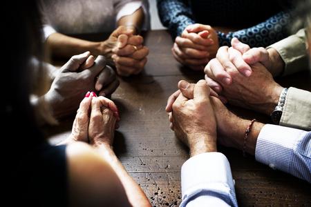 一緒に祈ってインタロックされた指のグループ