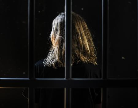 Kaukasische vrouw in een gevangenis Stockfoto