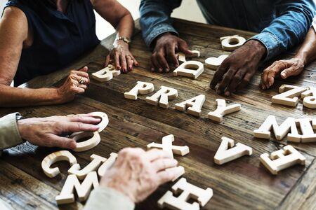 Groep mensen regeling een woord op houten tafel