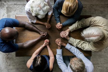 Grupa ludzi chrześcijańskich modli się nadzieją razem