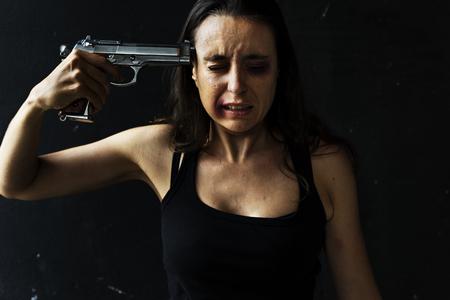 Femme suicide avec le pistolet Banque d'images
