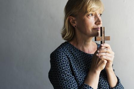 Kaukasische vrouw gebed vertrouwen in christendom religie