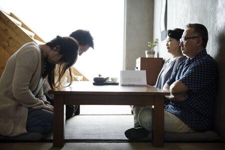 고위 인사와 함께 인사하는 일본 가족 인사말