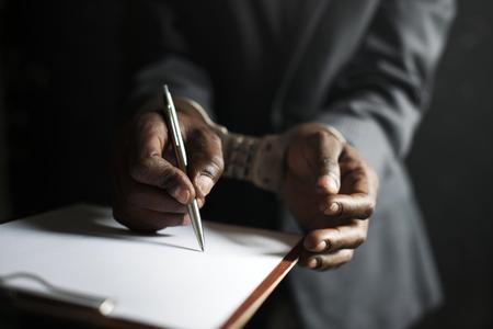 Nahaufnahme der Hände gefesselt gezwungen, Papier zu signieren Standard-Bild - 86192397