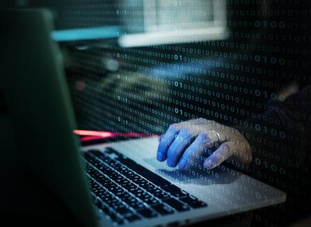 Hacker travaillant sur ordinateur