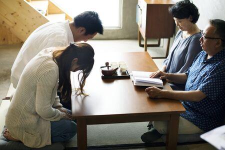 고위 인사와 함께 인사하는 일본 가족 인사말 스톡 콘텐츠 - 86096800