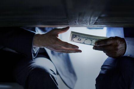 Mains passant de l'argent sous la corruption corruption table