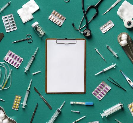 Paper clip board et des outils médicaux isolés sur fond