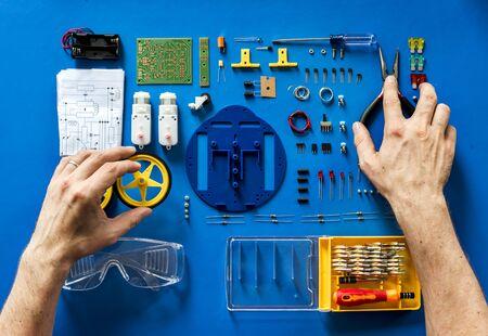 青の背景に電子ツール機器の航空写真