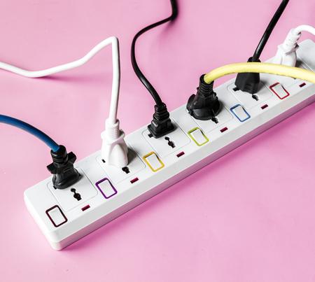 Fulled Elektrik Netzteil Stecker auf rosa Hintergrund Standard-Bild - 86192489