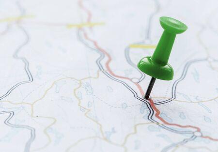 지도에서 위치를 표시하는 압정의 근접 촬영