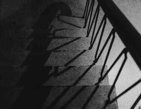 誰も階段のグレースケール