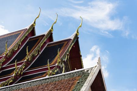タイのバンコクでアジアの建築スタイルの寺廟の屋根 写真素材