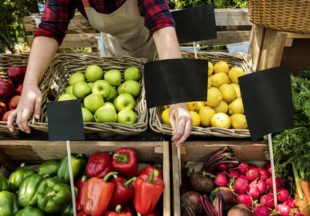 Fruits et légumes préparant des produits agricoles frais biologiques au marché fermier Banque d'images - 89712989