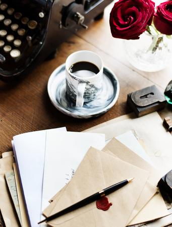 편지와 테이블에 커피 한잔