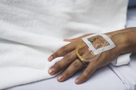 Nahaufnahme der Hand mit IV Gefäß Standard-Bild - 89996901