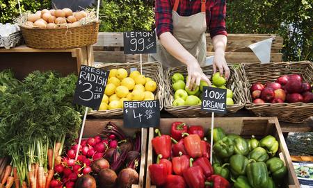 Groenteboer die verse landbouwproducten voorbereidt