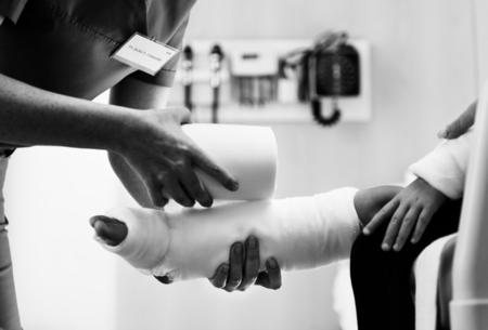 Jeune fille caucasienne avec bras cassé dans un plâtre Banque d'images - 89713194