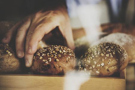 パンをつかむ手のクローズ アップ