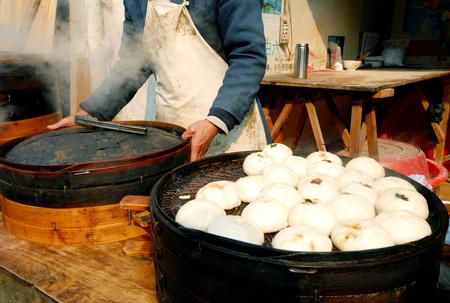 中華料理のシェフが中国の蘇州で点心を調理しています。