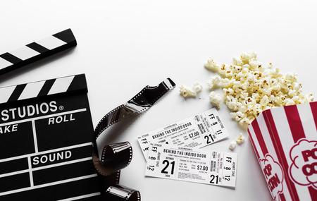 Oggetti del film su sfondo bianco