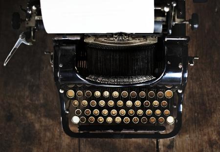 木製のデスクトップ上のヴィンテージスタイルのタイプライター