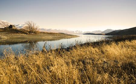 농촌 지역 산과 호수 볼 수있는 작은 오두막.