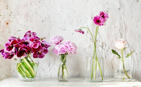 Um, fila, de, vasos, com, cor-de-rosa, flores Foto de archivo - 89608526