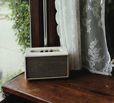 Vintage Retro Radio door het Venster