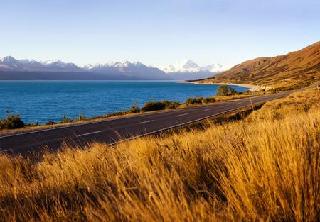 호수와 산 범위의 놀라운 풍경을 가진 국가로.