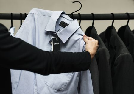 Klant die kleding uitcheckt